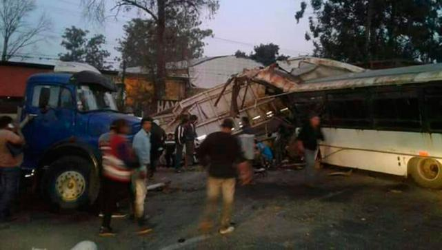 """"""" Por falta de control en las rutas """" hubo 20 heridos en un choque entre un colectivo con cosecheros de limón y una rastra cañera"""