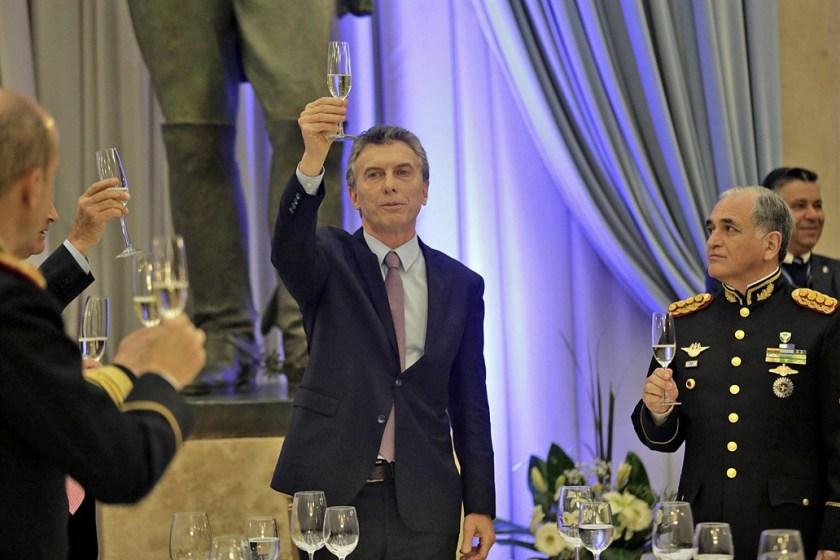 """El presidente llamó a saldar """"la deuda histórica con las Fuerzas Armadas de la democracia"""""""