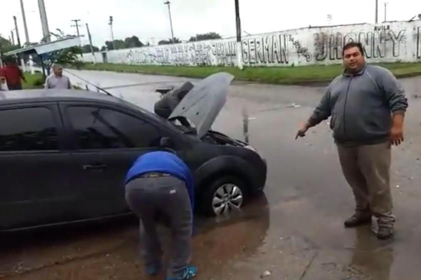 Un vecino agarró un pozo, se le rompió el auto y le exige al intendente  Alfaro que se haga cargo