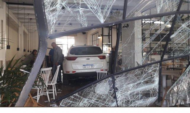 Un auto se incrusto contra la vidriera de una panadería y confitería
