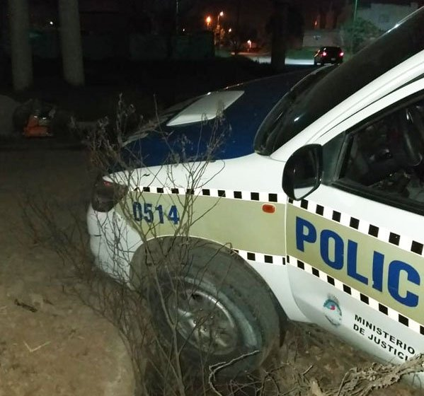 LOMAS DE TAFI: Móvil policial quedó atascado dentro de un gran pozo