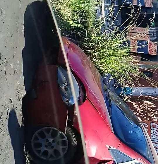 Villa Carmela: Por el pesimo estado de las calles un auto sufrio un accidente
