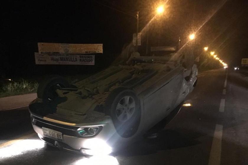 VIILA CARMELA: Triple choque en la ruta 315 un auto terminó volcado en medio de la ruta
