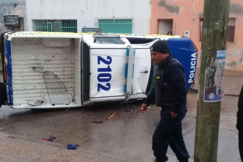 Tres heridos, tras chocar una camioneta de la Policía y un colectivo