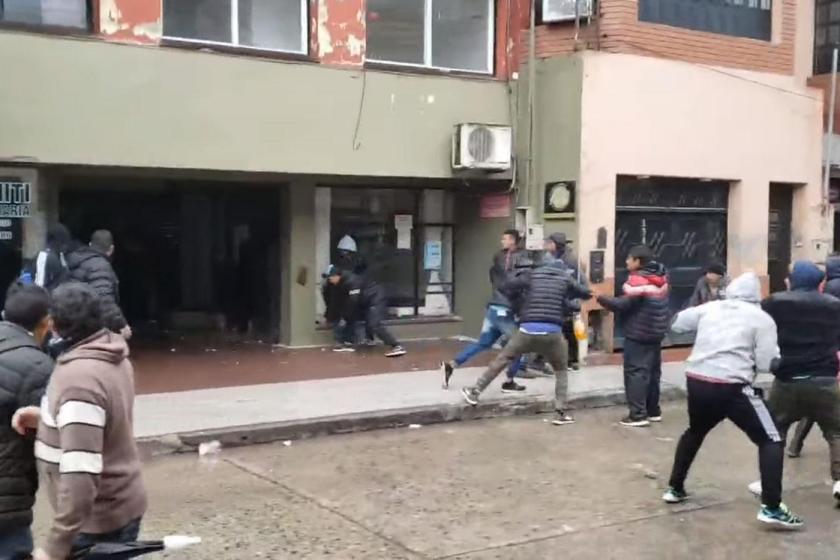 """"""" LA LEY DE LA SELVA """" : Dos facciones de Uatre se enfrentaron con palos, piedras y cascotes en Concepción"""