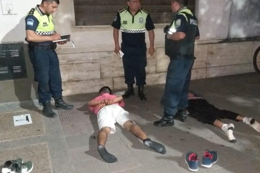 Un valiente Bicipolicía se arriesgó y choco a motochorros en una persecución, logrando su detencion