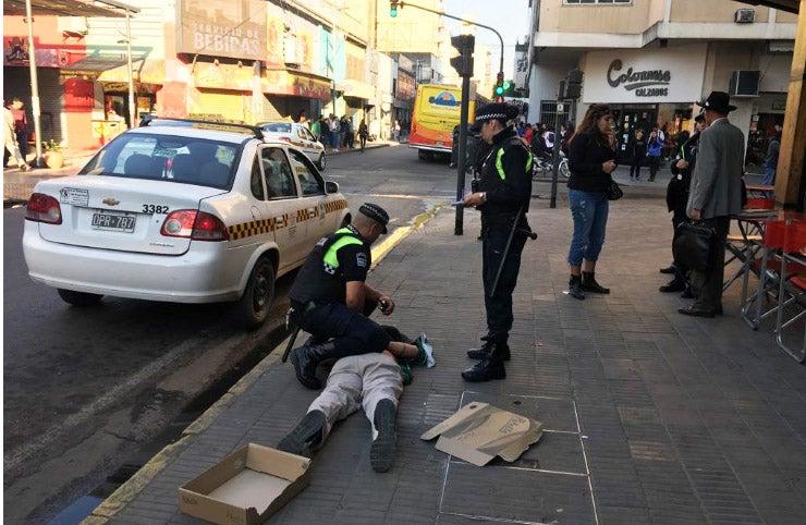 Quiso robar en la librería El Griego en Peatonal Muñecas y la policía lo atrapó