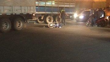 TERRIBLE: Camión aplastó y mató a motociclista en el ingreso al puente Lucas Córdoba
