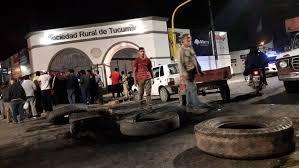 """""""AL NO DEJARLOS TRABAJAR """": Ambulantes cortan el acceso a la Expo en el día de la inauguración"""