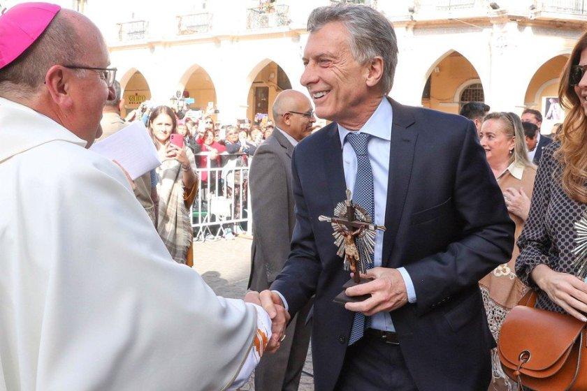 """"""" En la fiesta del señor del Milagro"""": El arzobispo de Salta le dijo al presidente Mauricio Macri,  """"llévate el rostro de los pobres"""""""