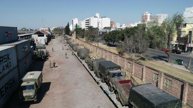 VANDALISMO: Tren con vehículos militares fue recibido a piedrazos en Tucumán