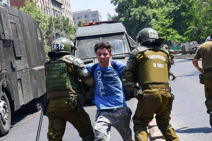 CHILE: Tras la represion a las protestas, hay mas de 20 muertos, 2.600 detenidos y cientos de heridos