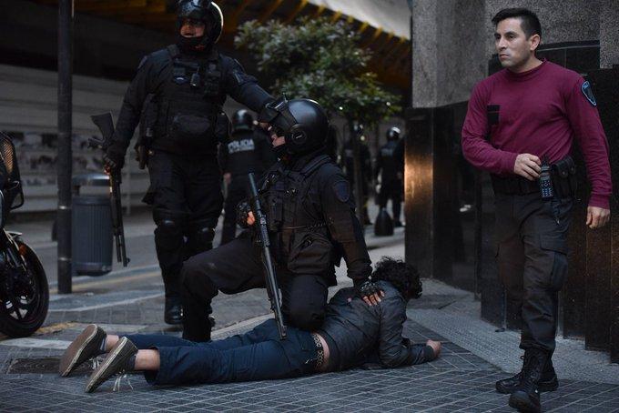 Graves Incidentes en el consulado chileno en Buenos Aires: Hay 9 detenidos