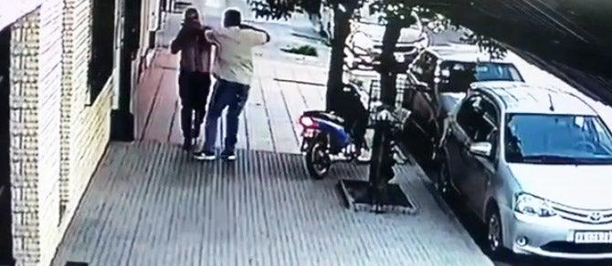 """"""" Impunidad total en Tucuman """": Un motochorro armado asalta a un hombre a plena luz del día(VIDEO)"""