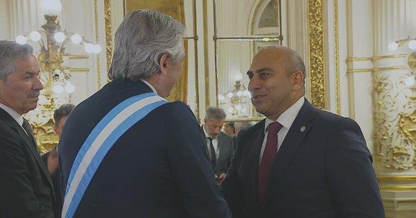El presidente Alberto Fernandez, saluda a las delegaciones extranjeras