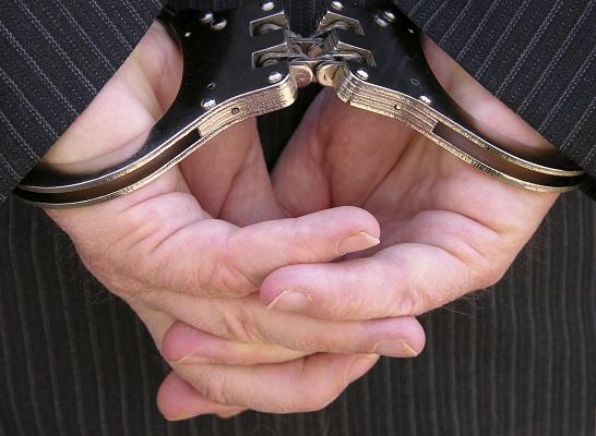 Un abogado fue detenido por intentar atropellar a jóvenes que escuchaban música a alto volumen en la calle