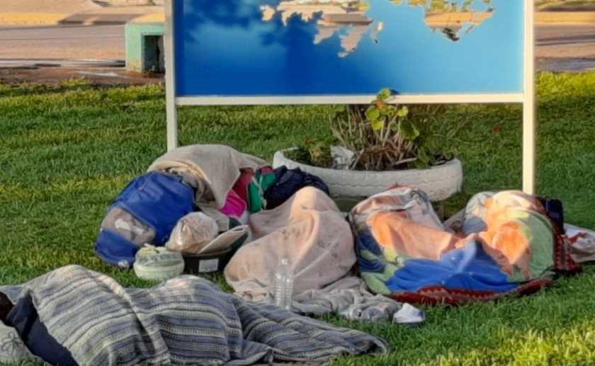 """"""" Demandaran a la provincia """": Golondrinas tucumanos viajaron a Río Negro sin trabajo seguro y tuvieron que dormir con sus familias en una plaza"""