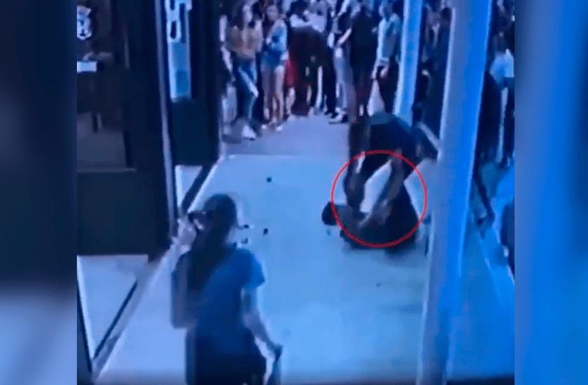 """Pinamar: Un turista ataco a un mozo y lo tiró al piso, """"Me vas a atender cuando yo te digo"""" (VIDEO)"""