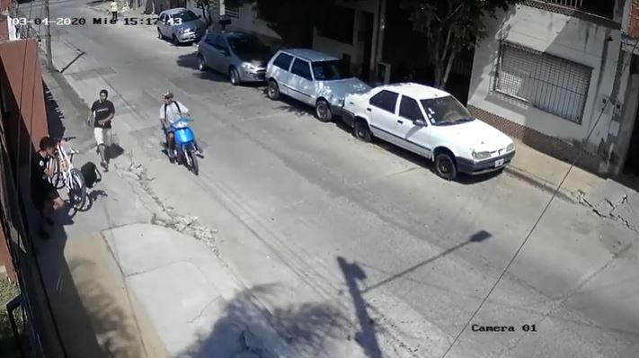 Motochorros con total impunidad atacaron a un joven y le robaron la mochila y la bicicleta (VIDEO)