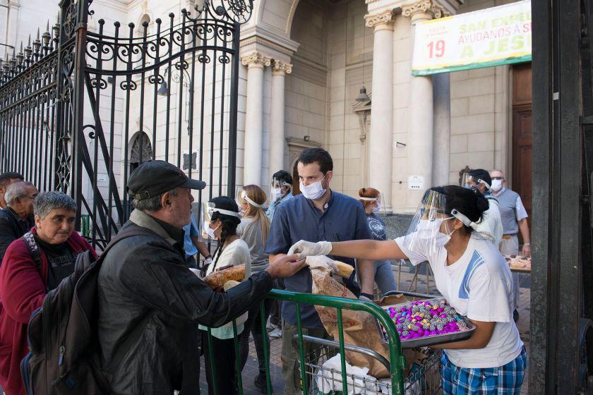 Solidaridad que no se detiene: 3 curas realizan el trabajo de 40 voluntarios para alimentar a personas que viven en la calle