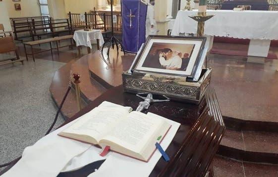 Los restos del padre Juárez son despedidos con una particular foto en su cajón