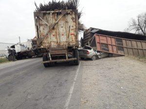 Terrible accidente entre dos camiones y un auto  en la ruta 325 a pocos kilómetros de la localidad de Simoca, hay heridos