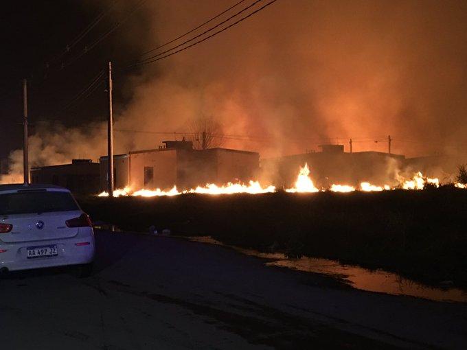 Intentaron usurpar un barrio en Manantial Sur y prendieron fuego a las  viviendas