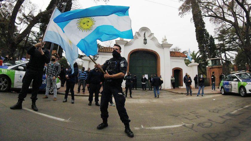 ¿ QUE QUIEREN ?: los policías rechazaron la invitación del presidente al diálogo