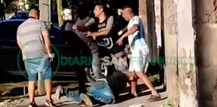 Vecinos atraparon a un ladrón, luego,  apareció el hermano para rescatarlo y lo noquearon(VIDEO)