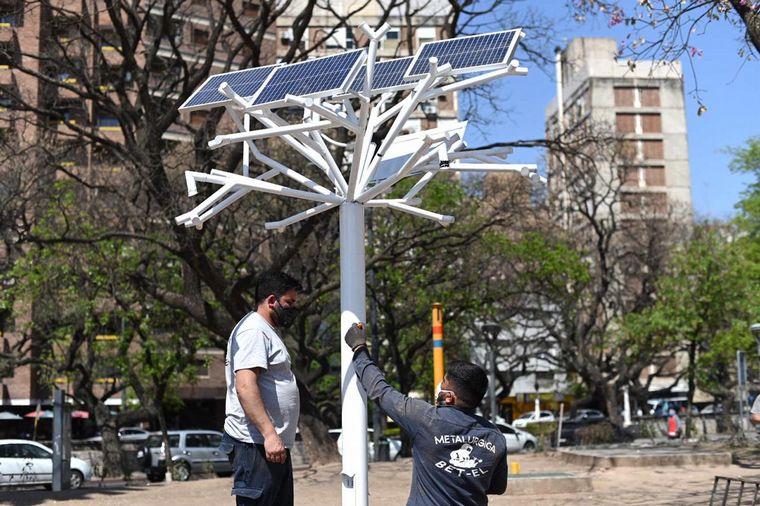 """MEDIO AMBIENTE: Instalaron el primer """"árbol solar"""" de la ciudad de Córdoba"""