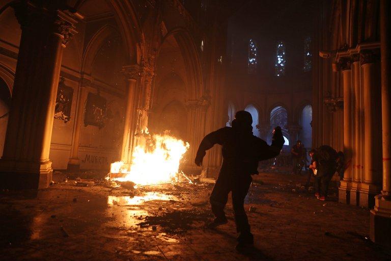 Chilenos quemaron dos iglesias y se registraron saqueos a lo largo del pais