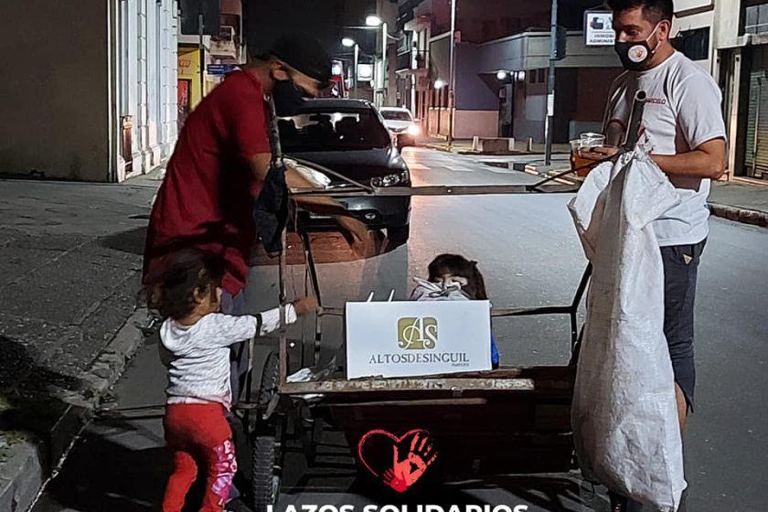 AYUDA SOLIDARIA: Un grupo de voluntarios realiza la contención de personas en situación de calle