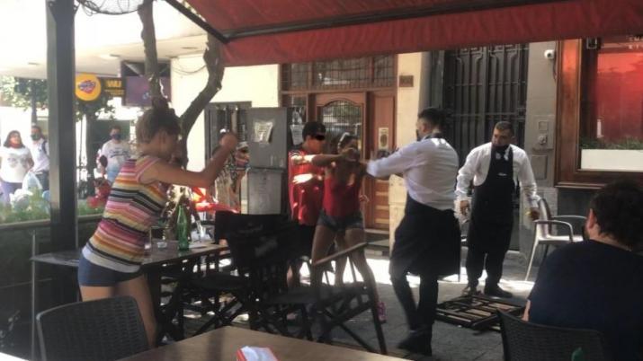Arrebatadores y mecheras se enfrentaron con mozos en Plaza Urquiza (VIDEO)