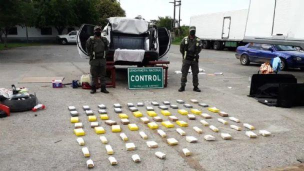 NARCOS: Mujer venía a Tucumán desde Salta en camioneta con sus dos hijos y bajo el motor traía $ 61 millones en cocaína