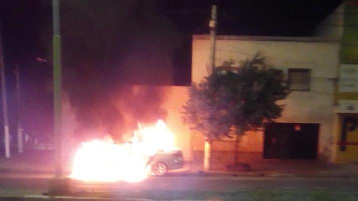 TUCUMAN: Nuevamente queman un auto en la vía pública