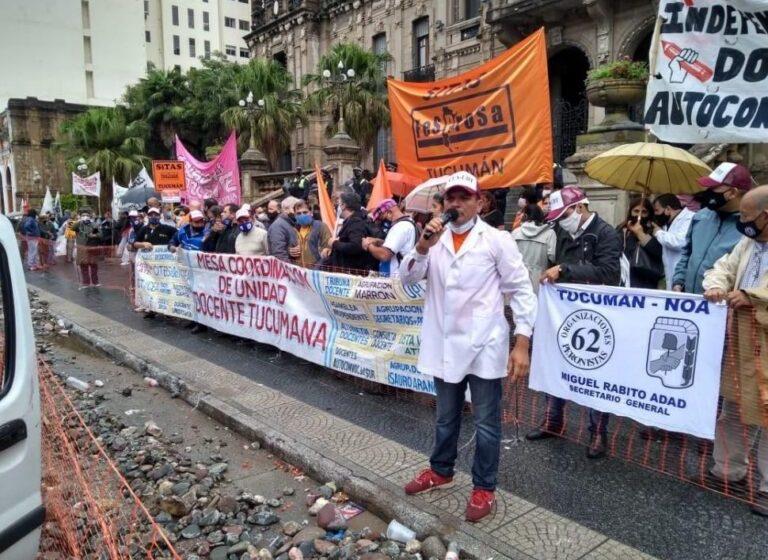 REGRESO A CLASES: Docentes Autoconvocados de Tucumán protestaron frente a la Casa de Gobierno(VIDEO)