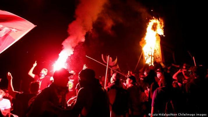 Cientos de detenidos y decenas de heridos en una nueva noche de protestas contra Piñera en Chile