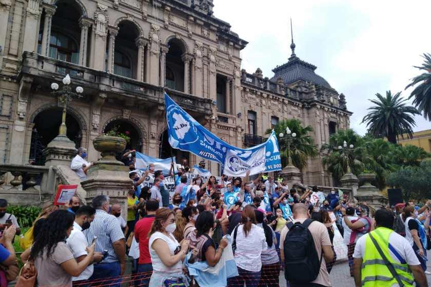 Tucuman: Por segundo día consecutivo y en forma masiva docentes autoconvocados se manifestaron frente a casa de gobierno