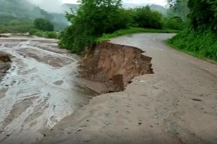 (VIDEO)Creció el río La Sala y se llevo puesto el camino a Villa Padre Monti(VIDEO)