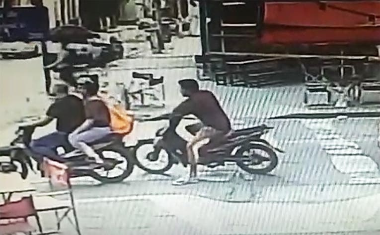 (VIDEO)Motochorro robo un celular en Chapiedras a plena luz del dia (VIDEO)