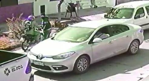 (VIDEO)Motochorros roban a un automovilista en la esquina de Las Piedras y avenida Colón(VIDEO)