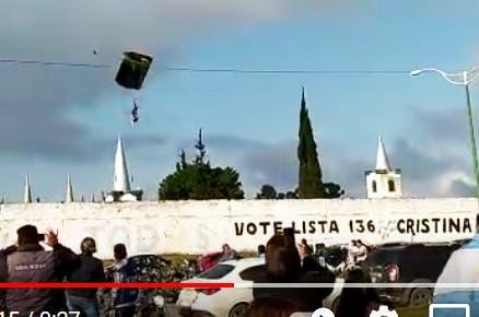 (VIDEO) Paracaidista cálculo mal y aterrizó adentro del motel PRIVÉ durante el homenaje a los ex combatientes de Malvinas en Lomas de Tafí