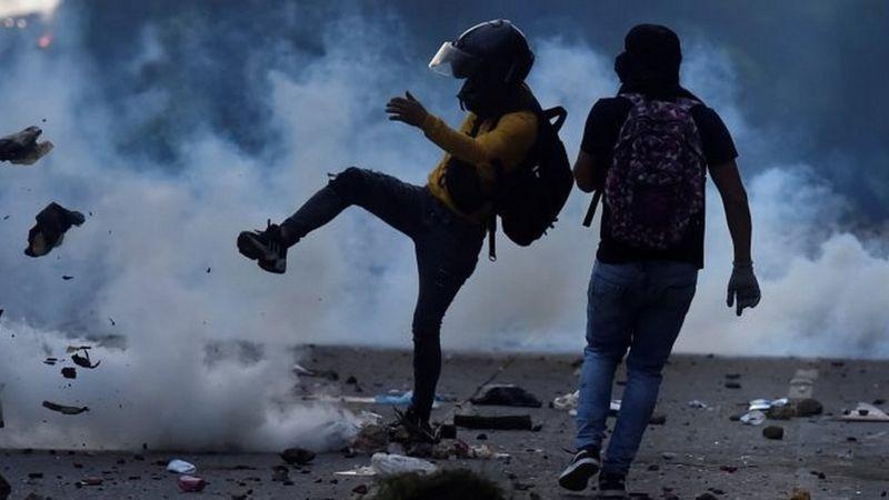 Colombia: las imágenes que dejan los violentos enfrentamientos entre manifestantes y la policía en Cali
