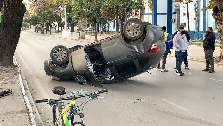 Impactante vuelco en la avenida Sarmiento y Salta
