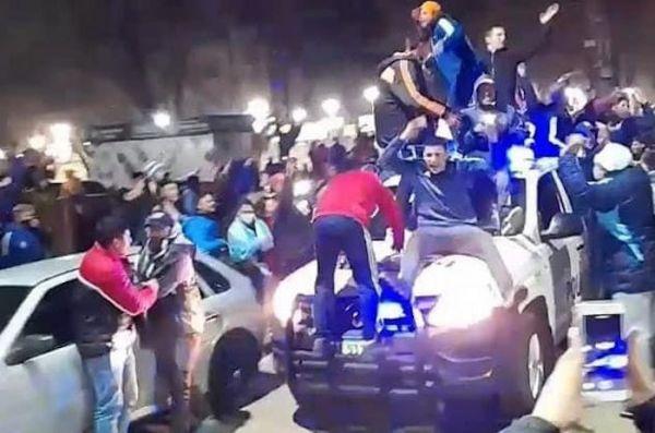 En Merlo durante las celebraciones por el titulo de la Copa America, un patrullero fue copado por hinchas -VIDEO-