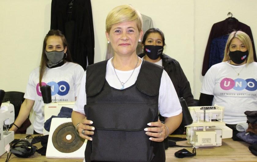 Una candidata en Rosario enseña a fabricar chalecos antibala con gabardina y churrasqueras