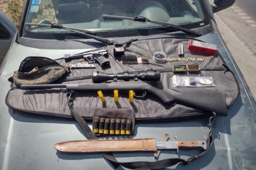 Intentó evadir un control policial: llevaba armas y municiones