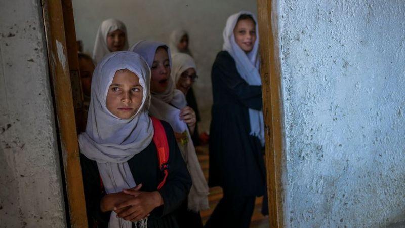 Las escuelas secundarias iniciaron su reapertura este sábado en Afganistán sin niñas ni profesoras.