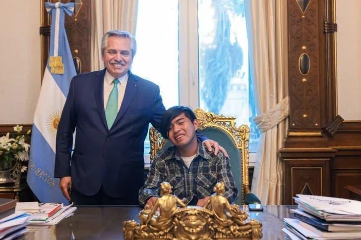 El joven wichi nominado a mejor estudiante del mundo junto al presidente Fernández