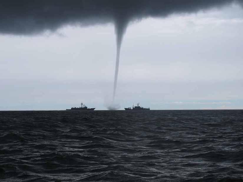 soñamos con tornados en el mar